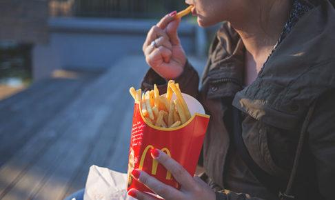 McDonaldのポテトを食べている様子