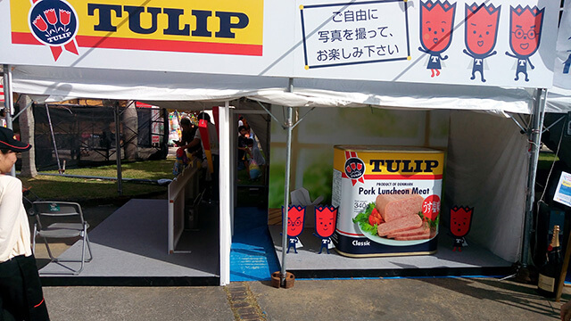TULIP(チューリップ)のイベントブースに設置した巨大ポーク缶。
